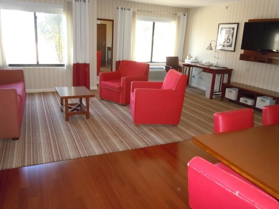 Four Points by Sheraton Ontario-Rancho Cucamonga: Suite Living Room
