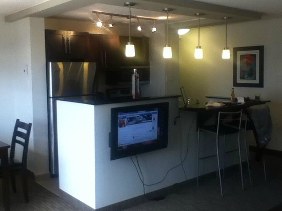 Place Louis Riel Suite Hotel : nice open concept kitchen/livingroom/dining room area