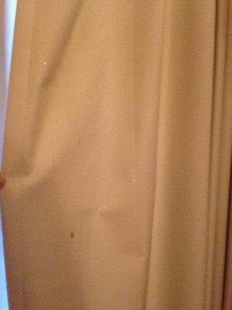Parkway International Resort: Löcher und Flecken, Vorhang im Schlafzimmer