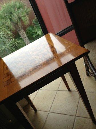 Parkway International Resort: Tisch im Wohnzimmer (bei Anreise,von uns unbenutzt!!)