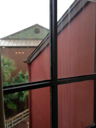 Parkway International Resort: Verdreckte Fenster Wohnzimmer, mit Schimmel an den Fugen