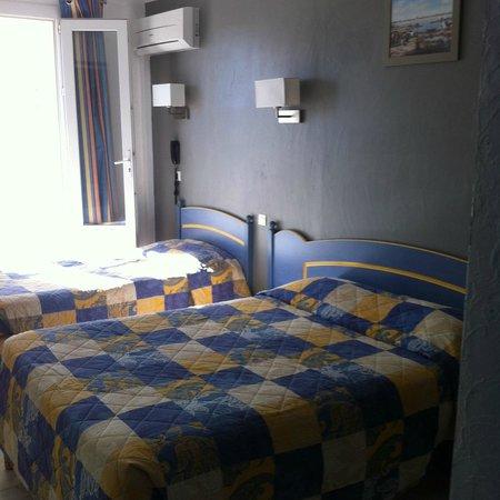 Les Palmiers : chambre triple climatisée avec balcon