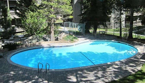 Sierra Park Villas: Pool area has 2 jacuzzis and summertime heated pool