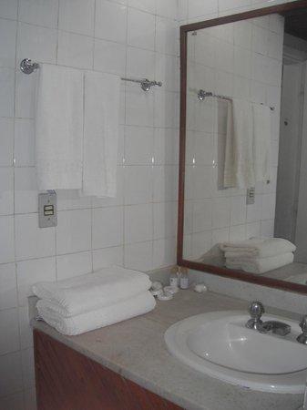 Portogalo Suite Hotel: Banheiro mal conservado