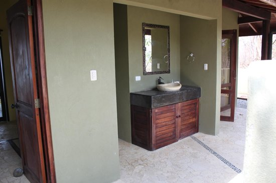 Gumbo Limbo Villas : outdoor bathroom