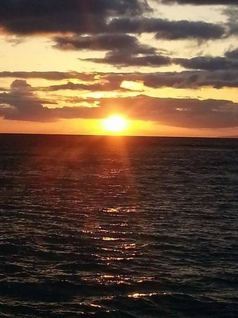 Days Inn Maui Oceanfront : Sunset on the beach....steps from our room