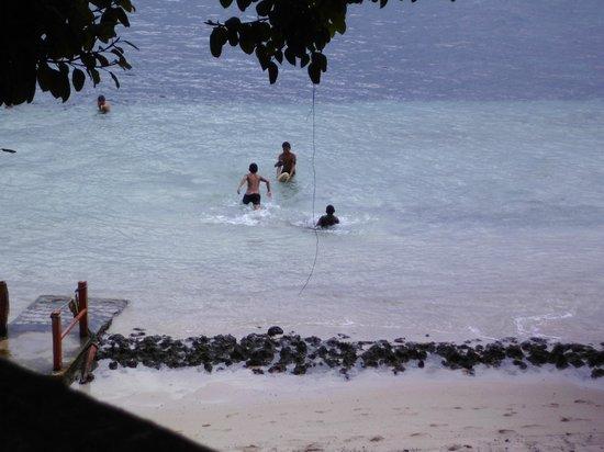 Satuiatua Beach Resort : the kids playing rugby