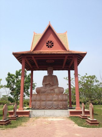 Preah Norodom Sihanouk-Angkor Museum : Buddha's statute outside of the museum.