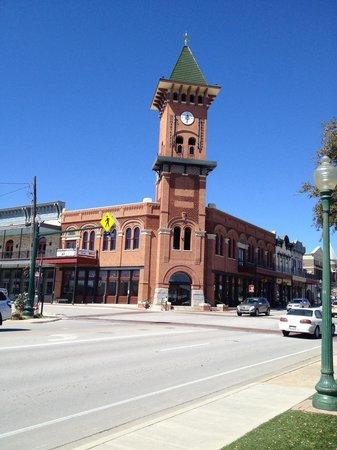 Grapevine Historic Main Street District : 그레이프바인 철도 강도 용의자 퍼포먼스를 하는 건물(15시,18시,21시)