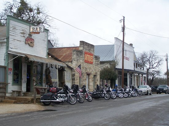 11th Street Cowboy Bar: Bikers, cowboys and rednecks hang out at this great bar!!
