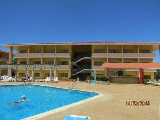 Dunes Hotel & Beach Resort: Habitaciones y Piscina