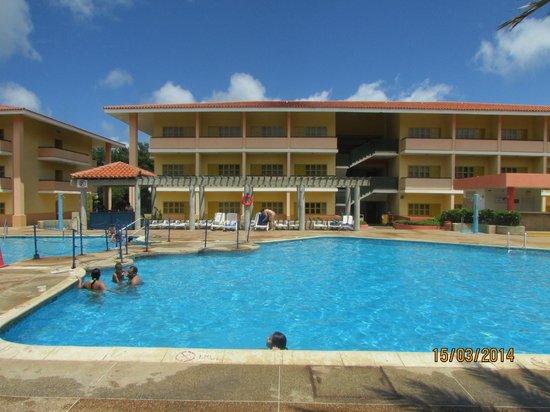 Dunes Hotel & Beach Resort: Piscina y habitaciones