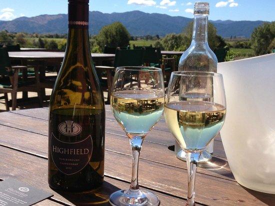Highfield TerraVin Cellar door and Vineyard Restaurant: Enjoying the wine from the outdoor tables