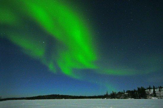 Yellowknife Polar Suite Guest Room: ナヌークオーロラツアーを利用。大雪原にて撮影。約2時間鑑賞できた。開放で短時間露光すれば早い動きが撮れる