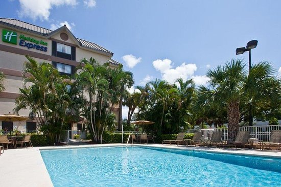 Holiday Inn Express and Suites Fort Lauderdale Executive Airport: Swimming Pool