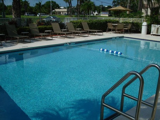 Holiday Inn Express and Suites Fort Lauderdale Executive Airport: Swimming Pool - ADA Lift
