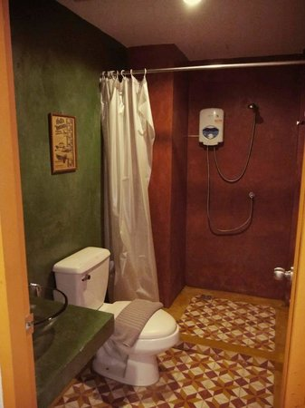 The Bangphu Inn : The toilet. Looks funky but disastrous for me