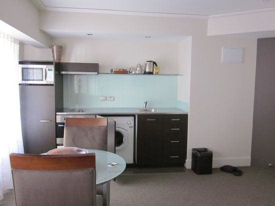 Bolton Hotel Wellington: suite - kitchen/dining area