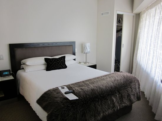 Bolton Hotel Wellington : suite - bedroom with cramped corner closet