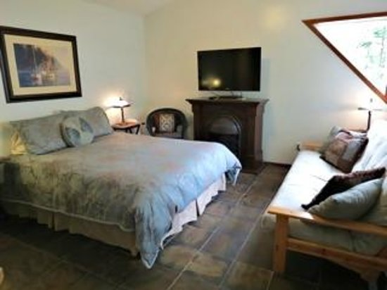 Cobble Wood Guesthouse and Bird Sanctuary House & Suites: Sunset Suite