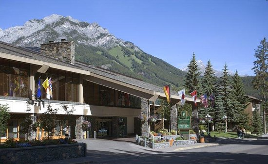 Banff Park Lodge Resort and Conference Centre : Banff Park Lodge Entrance With Mount Norquay