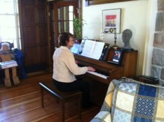 Beauport Inn: My friend played their piano on Sunday morning