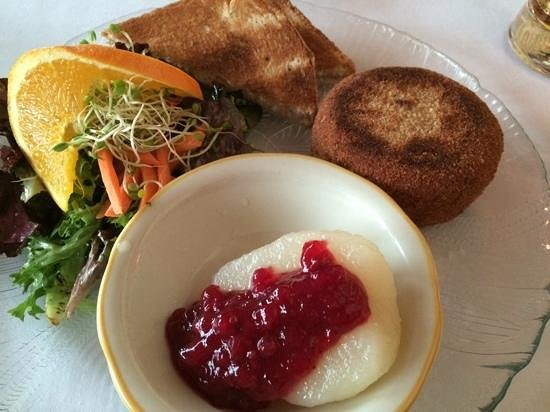Old German Schnitzel Haus: baked camembert, toast points, lingonberry sauce in pear