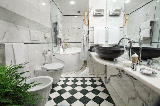 Deluxe Room Bathroom at Hotel Sanpi Milano