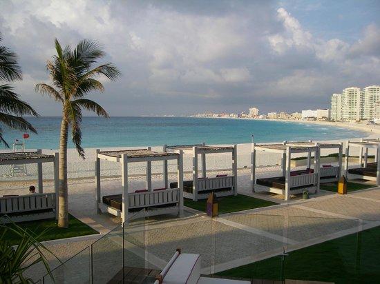 Krystal Grand Punta Cancun: Playa desde las terrazas