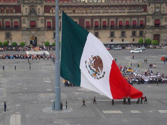 Hotel Casa Blanca Mexico City: Bandera Zocalo Soldados