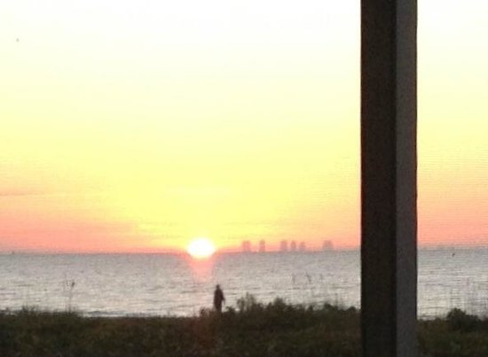Sanibel Arms Condominiums: finally...the sun pops out!!