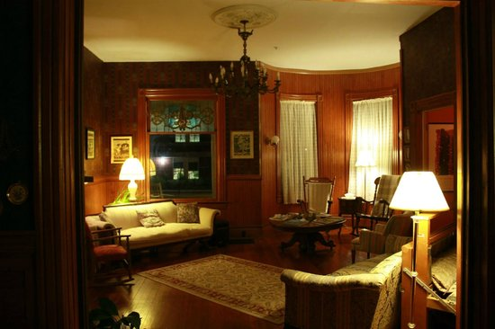Pensacola Victorian Bed and Breakfast: Down stairs lounge