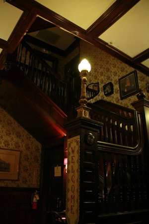 Pensacola Victorian Bed and Breakfast: Staircase to the rooms