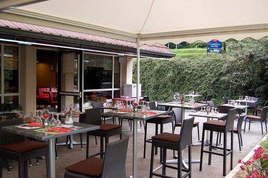 Logis Hôtel Le Grill : Terrace of the Comfort Hotel Lons le Saunier