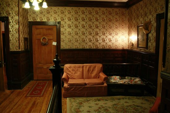 Pensacola Victorian Bed and Breakfast: Up stairs lounge