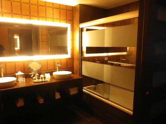 Golden Nugget Hotel: Bathroom