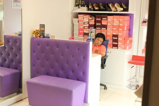 Terminal 21 : man sleeping in his shop
