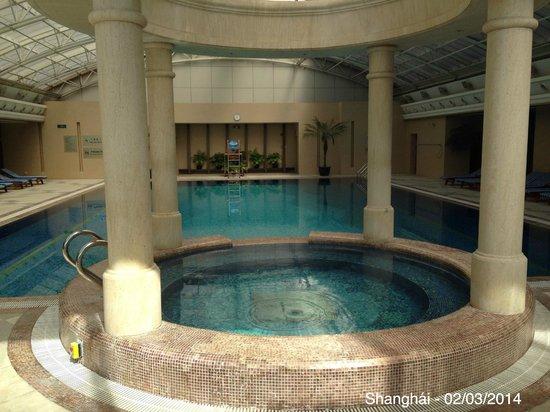 Radisson Blu Hotel Shanghai New World: Pool and jacuzzi