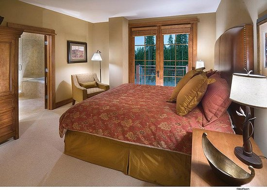 Iron Horse - Tahoe Mountain Lodging : Master bedroom