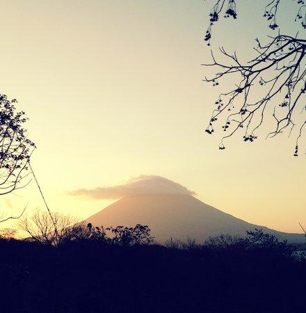 Santa Cruz Hostel & Restaurant: Volcano Concepcion at sunset