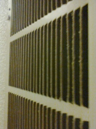 Quality Inn Santa Fe: heavy dirt in AC vents