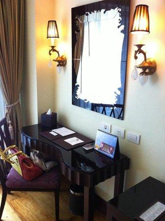 Hotel Celeste: Desk