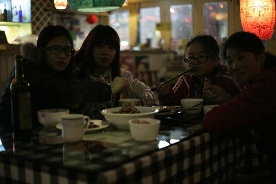 Guilin Central Hostel: Dinner with the staff, Swedish meatballs.