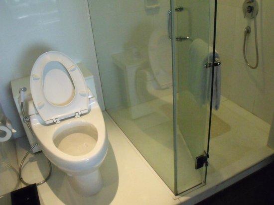 Padma Hotel Bandung: shower area