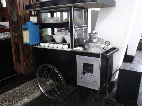 Padma Hotel Bandung: pushcart for drink