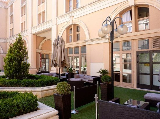 Appart'Hôtel Odalys L'Atrium : Courtyard