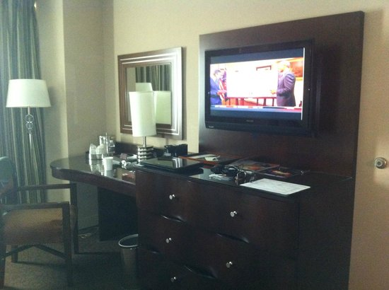 Gold Strike Casino Resort: Desk, TV, Coffee Pot