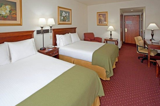 Holiday Inn Express Syracuse / Fairgrounds: Spread out in our two queen bedroom