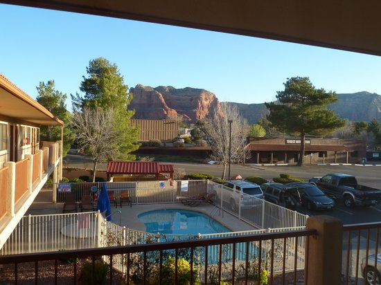 The Views Inn Sedona : Courthouse Rock and pool from the window