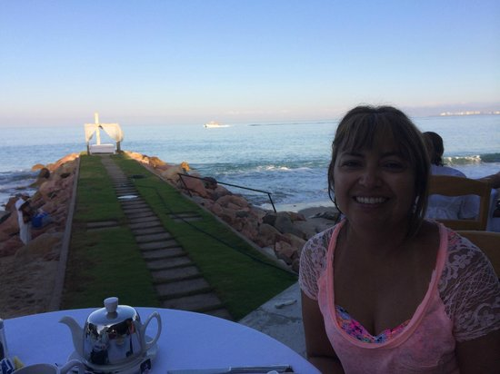 Villa Premiere Boutique Hotel & Romantic Getaway: Having breakfast over looking beach area